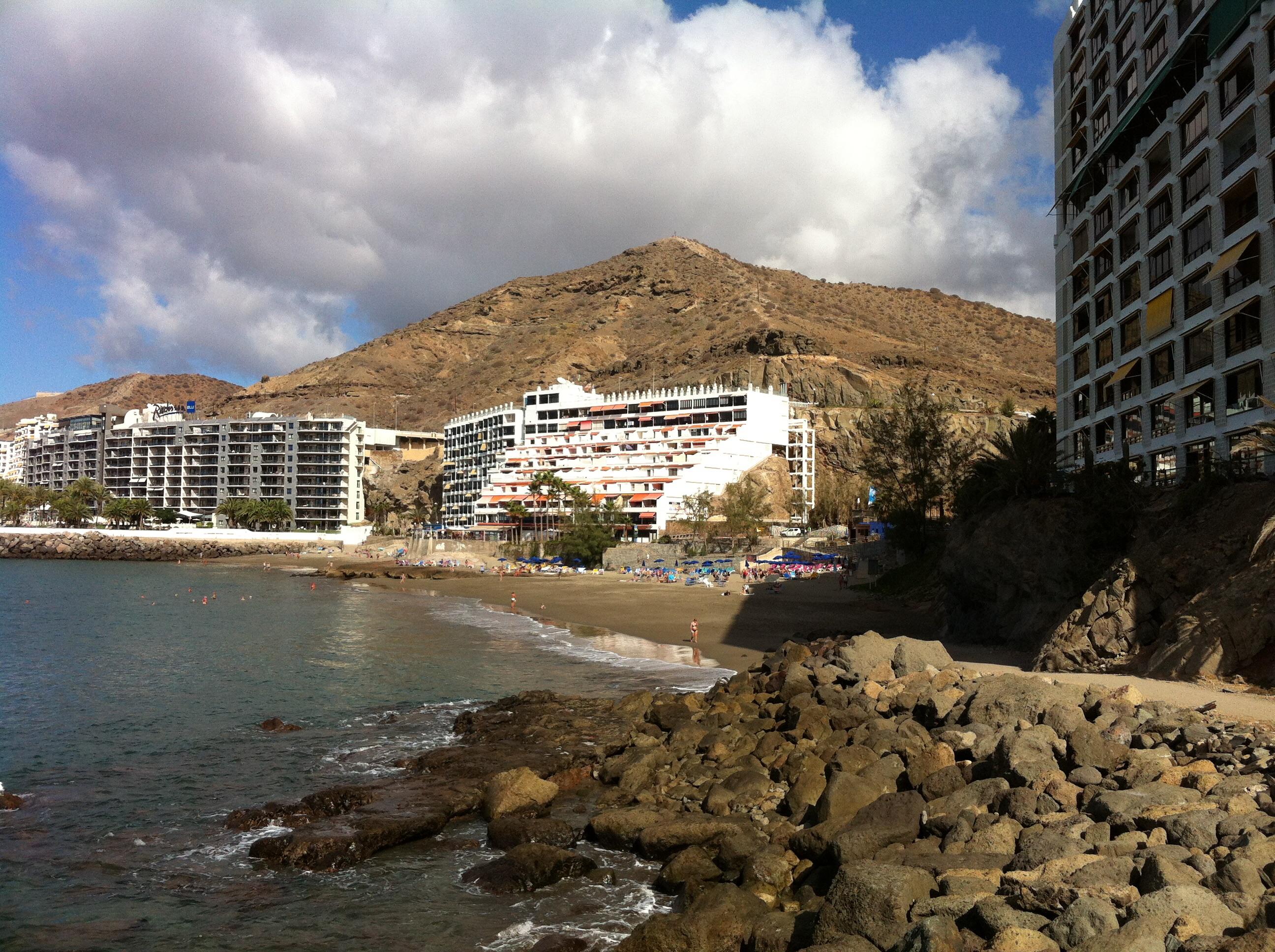 Strandpromenad och bergstopp