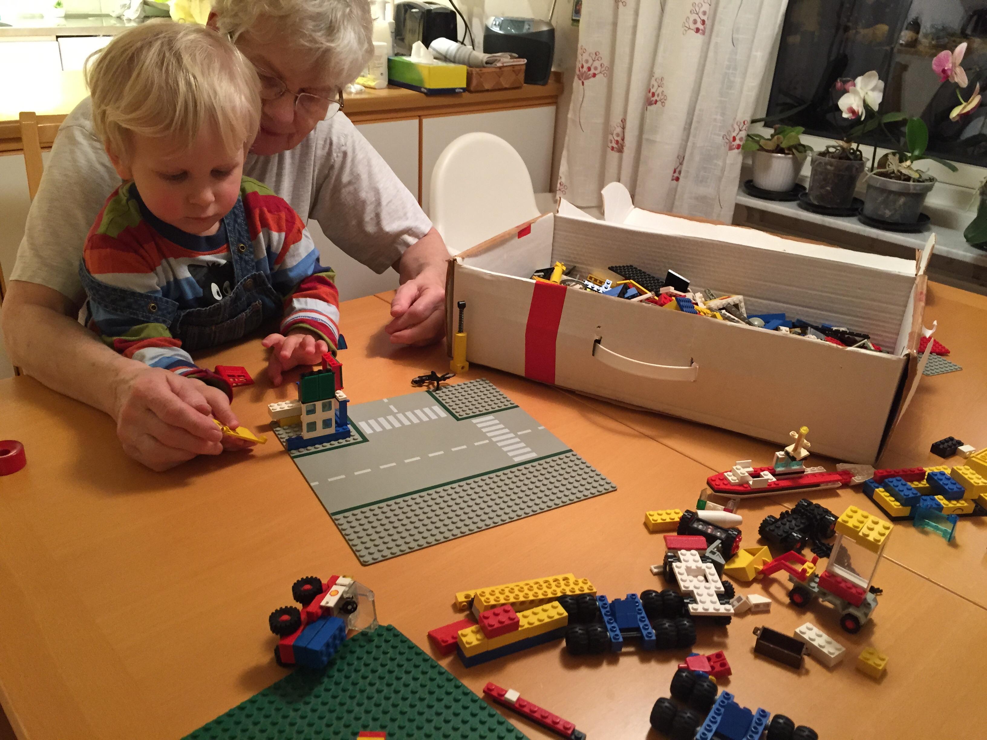 Viktor och farmor bygger lego