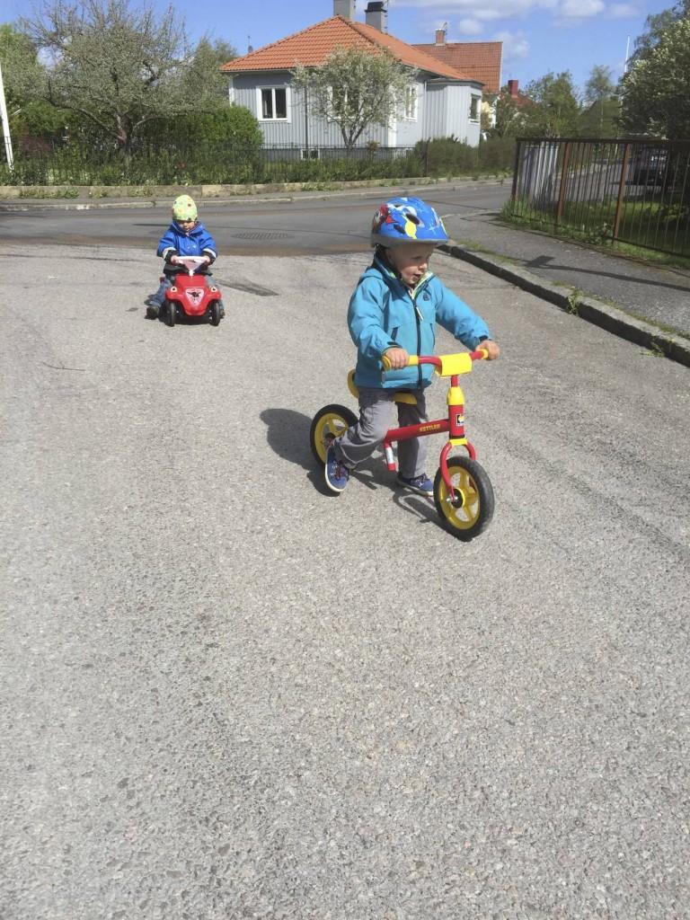 Sparkbil och springcykel